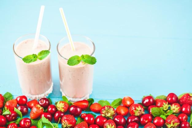 Twee glazen smoothies gemaakt van melk