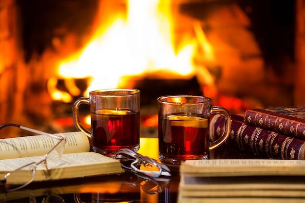 Twee glazen warme wijn en antieke boeken