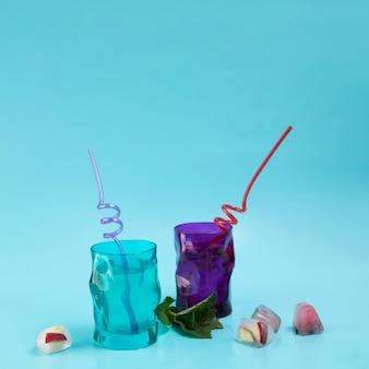 Twee glazen water met ijsblokjes en mintleven