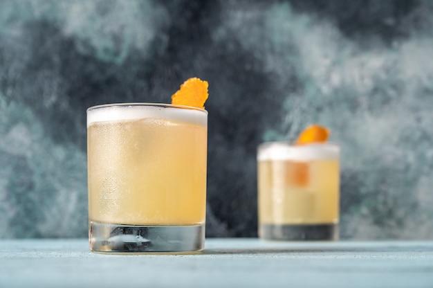 Twee glazen whisky zure cocktail close-up