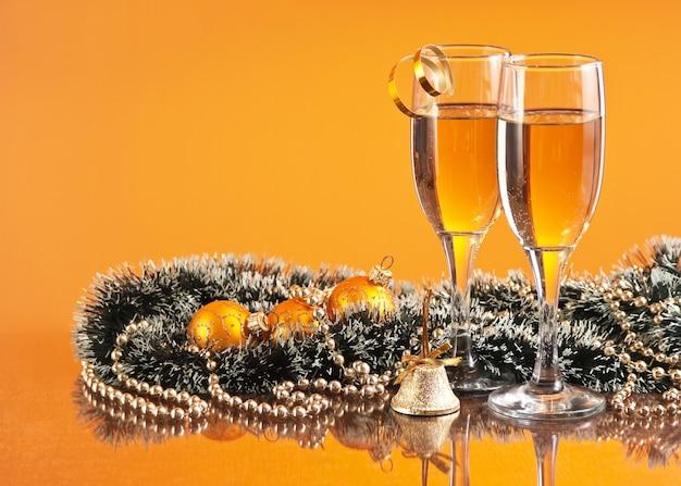 Twee glazen wijn en kerstversiering