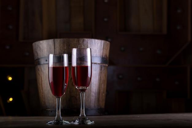 Twee glazen wijn op houten achtergrond