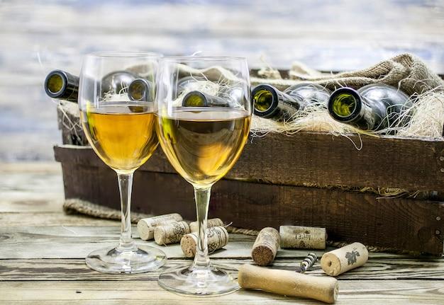 Twee glazen witte wijn