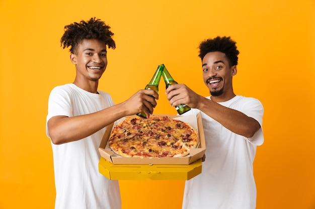Twee glimlachende mannelijke vrienden in t-shirts
