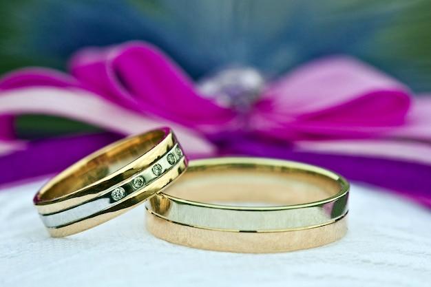 Twee gouden trouwringen van wit en geel goud