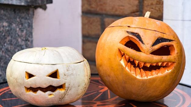 Twee grappige halloween jack-o-lantern pompoen, sochi, rusland.