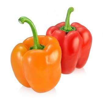 Twee groene paprika's die op witte achtergrond worden geïsoleerd.