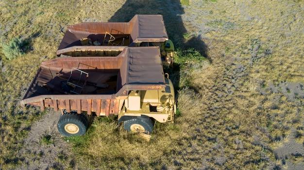 Twee grote verlaten mijnbouwvrachtwagens. luchtfoto.