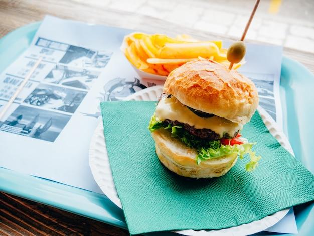 Twee hamburger op een dienblad in een café. burger cafe in split, aan het water, kroatië.