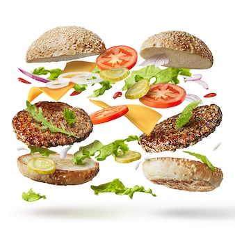 Twee hamburgers met vliegende ingrediënten geïsoleerd op wit