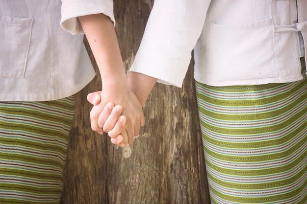 Twee handen bij elkaar. concept van de beste vrienden.