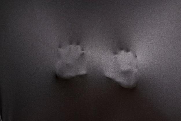 Twee handen die doek drukken
