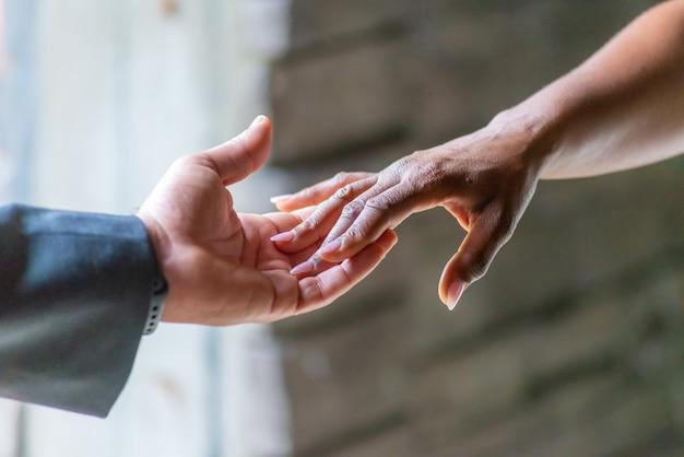 Twee handen die elkaar raken