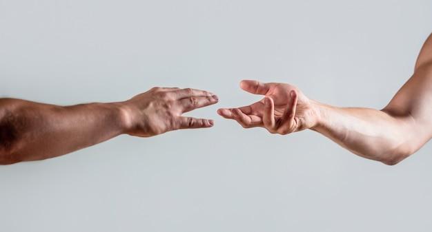 Twee handen, helpende arm van een vriend, teamwork. redding, helpend gebaar of handen