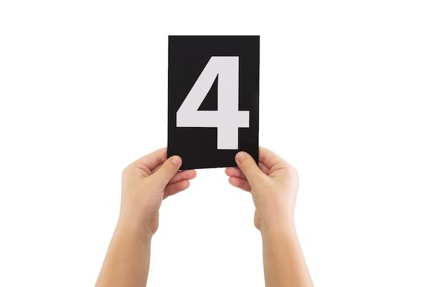 Twee handen houden een zwarte papieren kaart met nummer 4 geïsoleerd op een witte achtergrond.