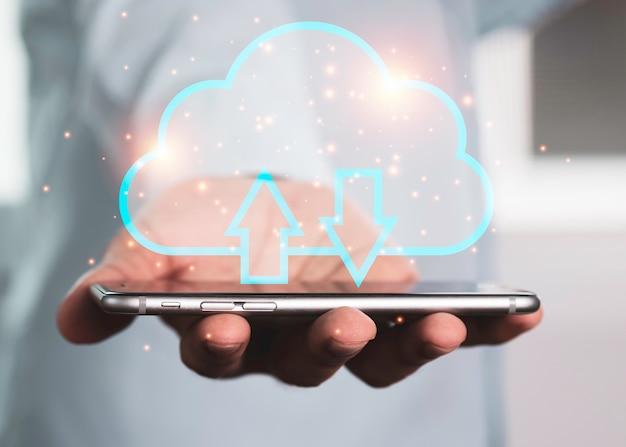 Twee handen met smartphone en virtuele cloud computing om gegevens over te dragen.
