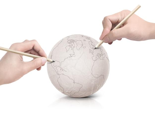Twee handen tekenen van kaarten op papier wereld
