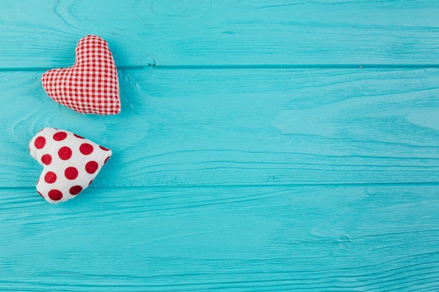 Twee handgemaakte harten op turquoise oppervlak