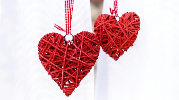 Twee handgemaakte rode harten. bruiloft