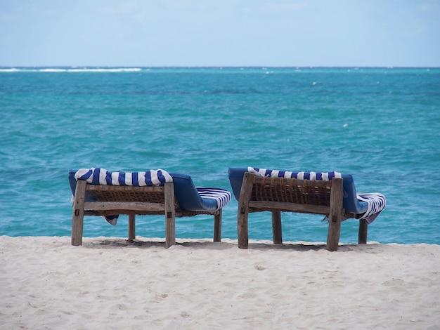 Twee hangmatten op het strand