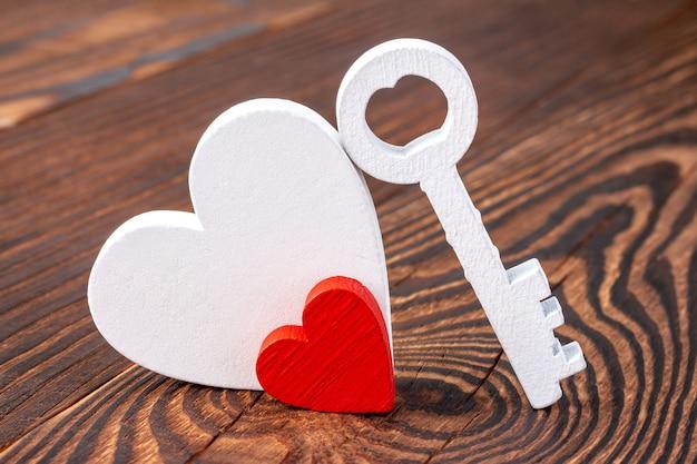 Twee harten en een sleutel als een symbool van liefde en zwangerschap voor bruiloft of valentijnsdag