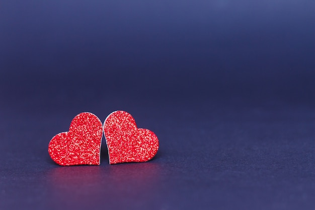 Twee harten op paarse achtergrond - valentijnsdag concept