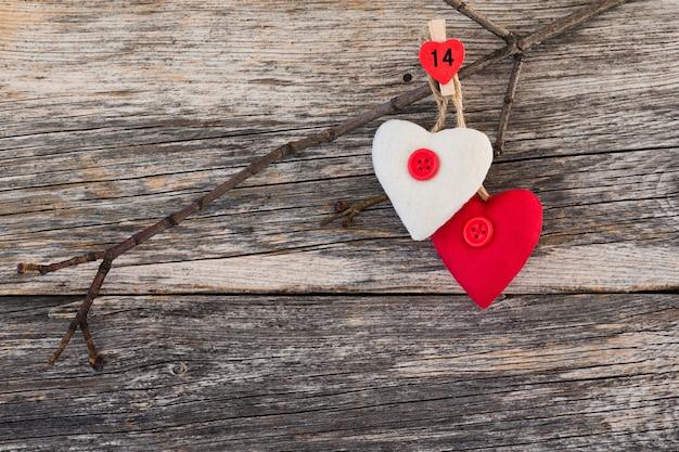 Twee harten op tak op houten achtergrond. valentijnsdag kaart. ruimte kopiëren,