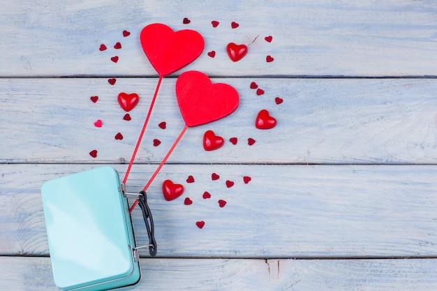 Twee harten steken uit een koffer en rond harten van verschillende grootte