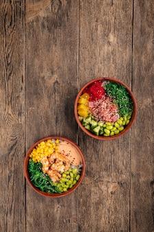 Twee hawaiiaanse poke bowls met tonijn en garnalen