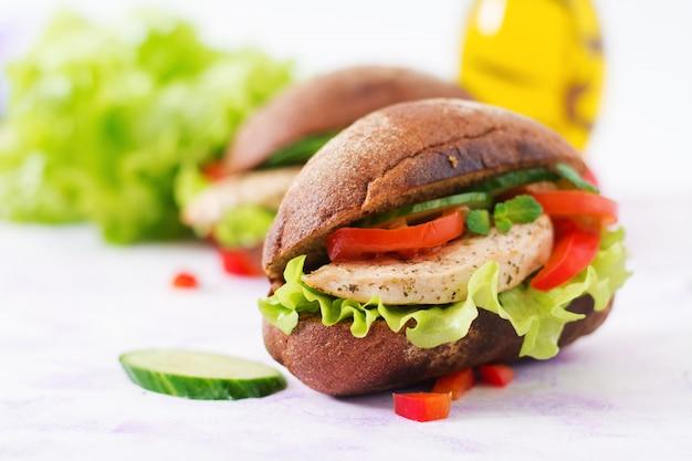Twee heerlijke en gezonde sandwich met kip en groenten.