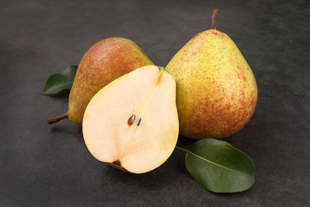 Twee hele en halve biologische verse sappige zoete peren
