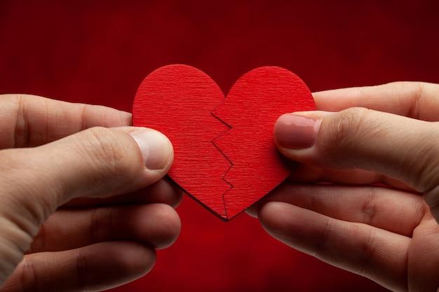 Twee helften van één hart. een man en een vrouw verbinden een hart met elkaar. verliefde stelletjes.