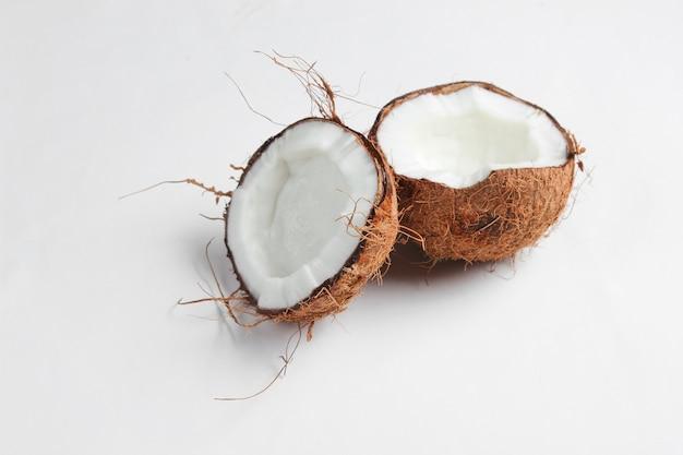 Twee helften van gehakte kokos op een witte achtergrond