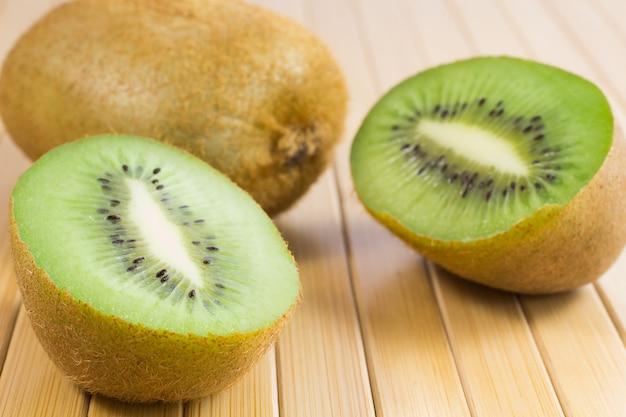 Twee helften van groene kiwi's op tafel