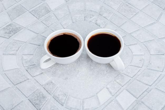Twee hete, aromatische theeën