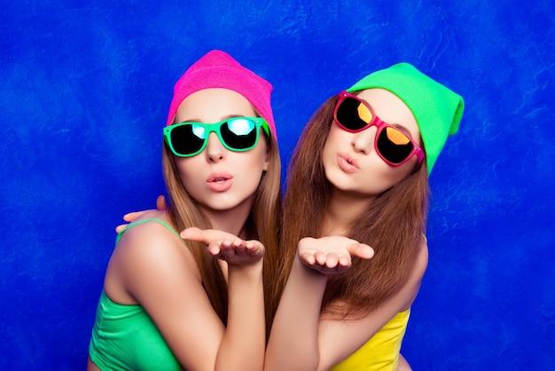 Twee hipster jonge vrouw in glazen lucht kus verzenden