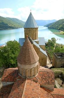 Twee historische kerken op de aragvi-rivierbank binnen ananuri-vestingwerk, georgië