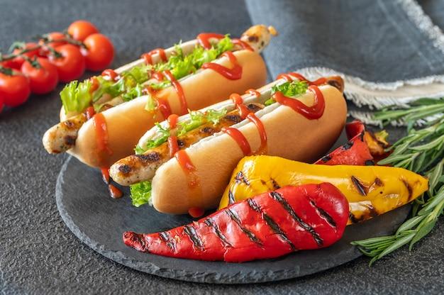 Twee hotdogs op stenen bord