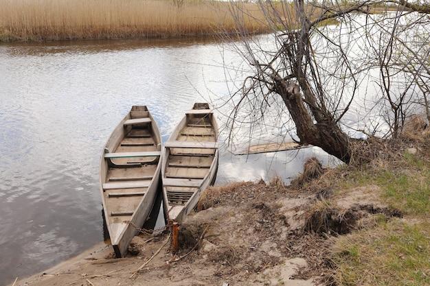 Twee houten boten in de buurt van de rivier