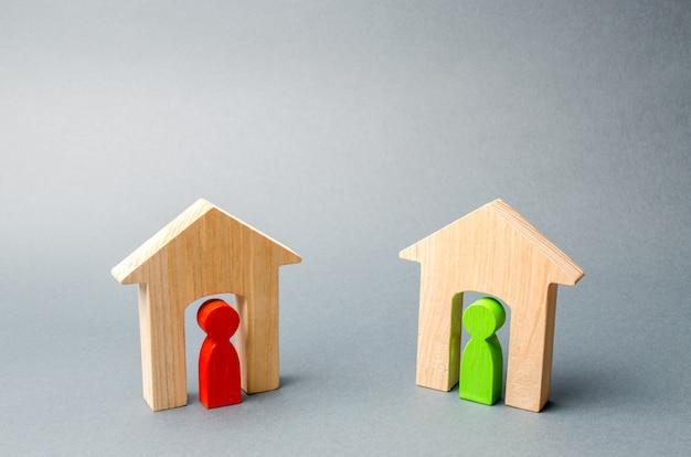 Twee houten huizen met buren binnen.