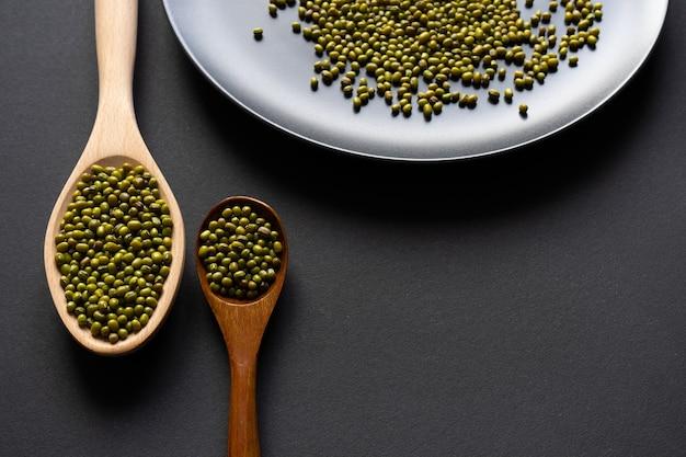 Twee houten lepels met groene bonen. gezonde voedselschotel.