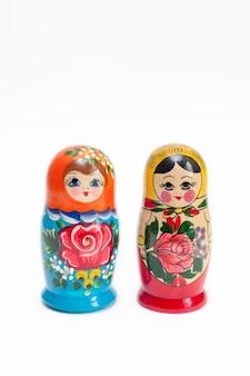Twee houten poppen in verschillende kleuren