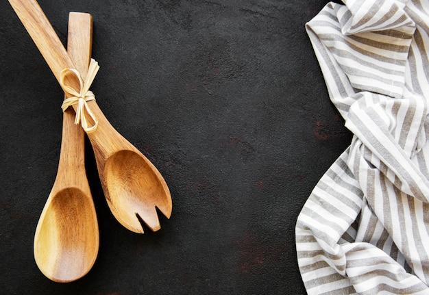 Twee houten salatlepels op een zwarte achtergrond