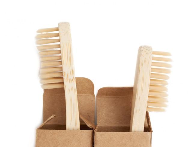 Twee houten tandenborstels op een wit, plastic afwijzingsconcept