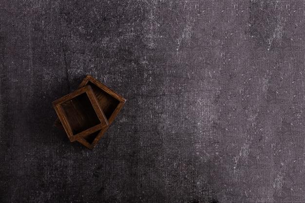 Twee houten voedseldozen op een donkere achtergrond