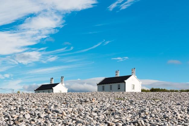 Twee huizen op een heuvel