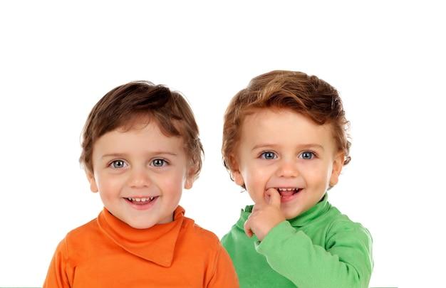 Twee identieke tweelingbroers geïsoleerd op een witte achtergrond