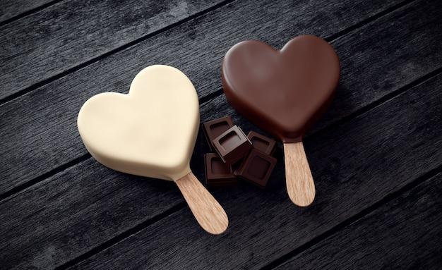 Twee ijsjes met hartvorm en ons chocolade op hout