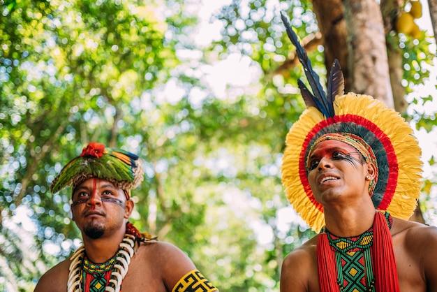 Twee indianen van de pataxã³-stam