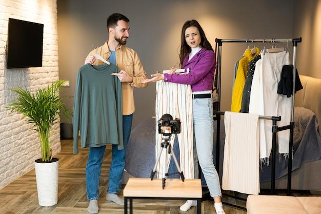 Twee influencers van bloggers laten kleding zien voor hun volgers om het te verkopen via online streaming in de winkel